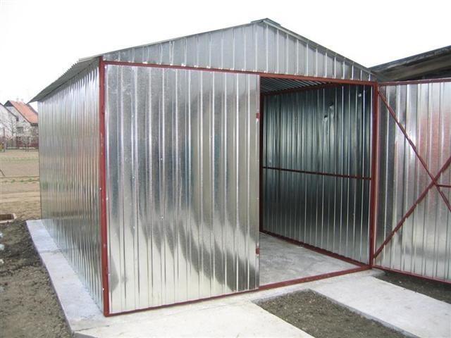 Plechová garáž, dřevník