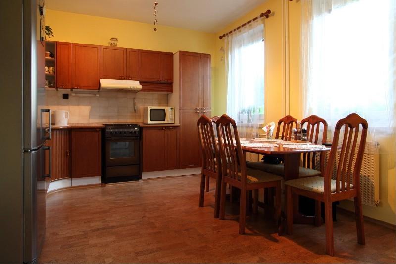 Kuchyňská linka + stůl a 6 židlí